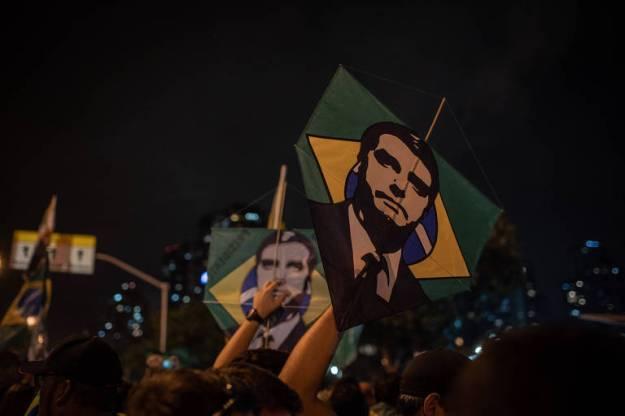 Apoiadores de Jair Bolsonaro comemoram vitória do capitão reformado na eleição presidencial, no Rio de Janeiro