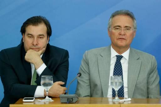 Rodrigo Maia (DEM-RJ) e Renan Calheiros (MDB-AL) em evento de anúncio de medidas para estimular a economia, em 2016, no Palácio do Planalto