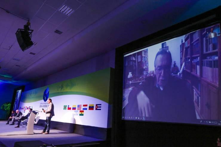 No telão, o escritor Olavo de Carvalho participa por meio de videoconferência do evento da Cúpula Conservadora das Américas, que aconteceu no Centro de Convenções do Hotel Recanto das Cataratas, em Foz do Iguaçu (PR), em 8 de dezembro