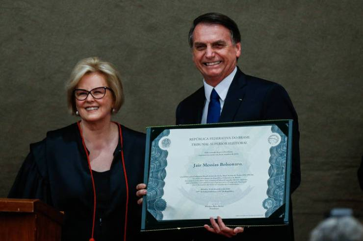 O presidente eleito, Jair Bolsonaro (PSL), recebeu no fim da tarde desta segunda-feira (10) o diploma que atesta a vitória nas urnas e o mandato de quatro anos. Os documentos foram entregues pela presidente do tribunal superior eleitoral (TSE), a ministra Rosa Weber