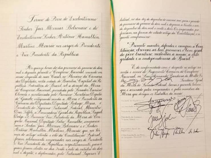 Imagem mostra termo da posse do presidente Jair Bolsonaro com assinatura