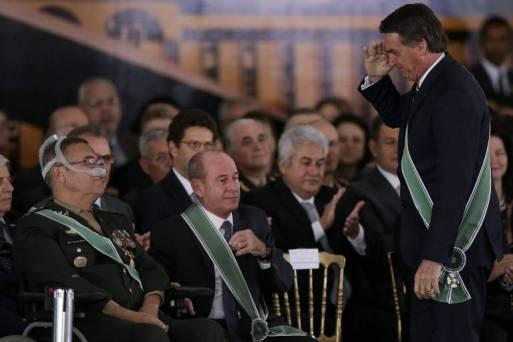 O presidente Jair Bolsonaro cumprimenta o general Eduardo Villas Bôas, durante solenidade de posse do novo comandante do Exército, general Edson Leal Pujol