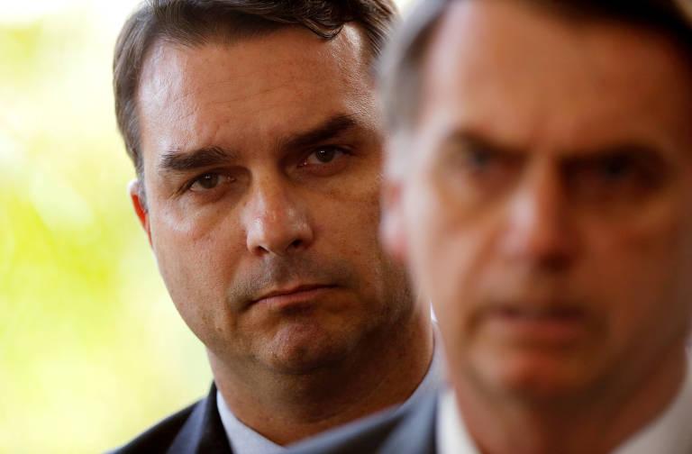 Flavio Bolsonaro acompanha discurso do pai, o presidente Jair Bolsonaro, durante a fase de transição de governo, em Brasília