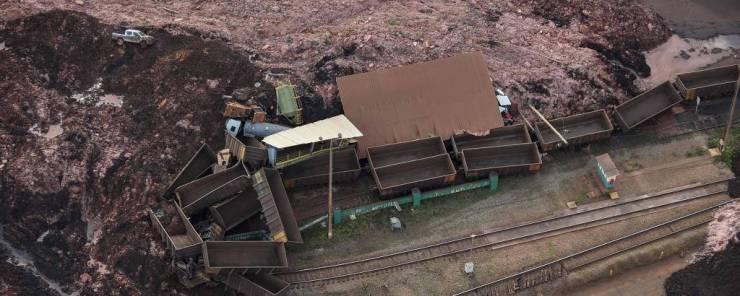 No alto, à esquerda, a caminhonete onde estavam Sebastião Gomes e Elias Nunes; mais ao centro, a carregadeira laranja onde estava Leandro Cândido