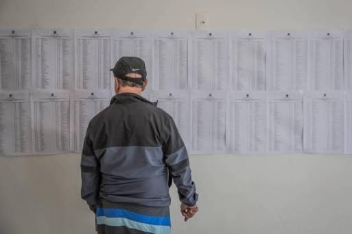 Lista com nomes de candidatos aptos para eleição no colégio Santo Américo, zona sul de São Paulo. Levantamento da Folha descobriu 53 candidatos que receberam mais de R$ 100 mil para financiar suas campanhas, mas saíram das urnas com menos de mil votos