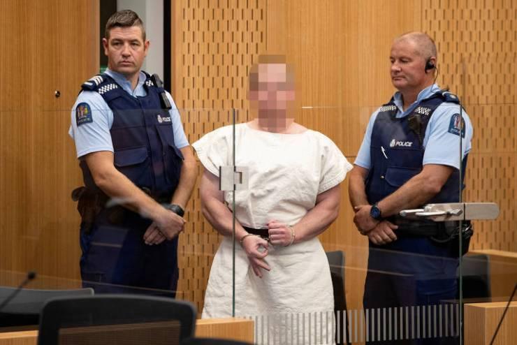 Brenton Tarrant, autor do massacre em Christchurch, na Nova Zelândia, aparece em fotografia com o rosto borrado durante apresentação a tribunal