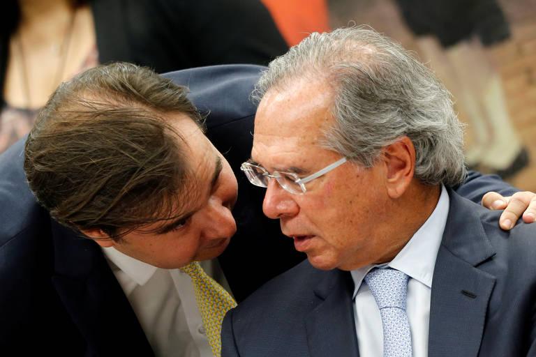 O presidente da Câmara, Rodrigo Maia (DEM-RJ) fala com o ministro Paulo Guedes (à dir.)