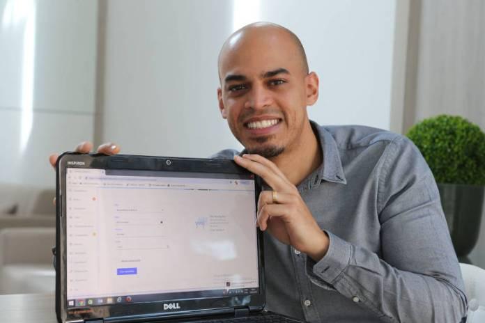 O síndico Jose Qualtemar Machado Junior, 32 anos, mostra o sistema que e usado para a realizacão das assembleias online