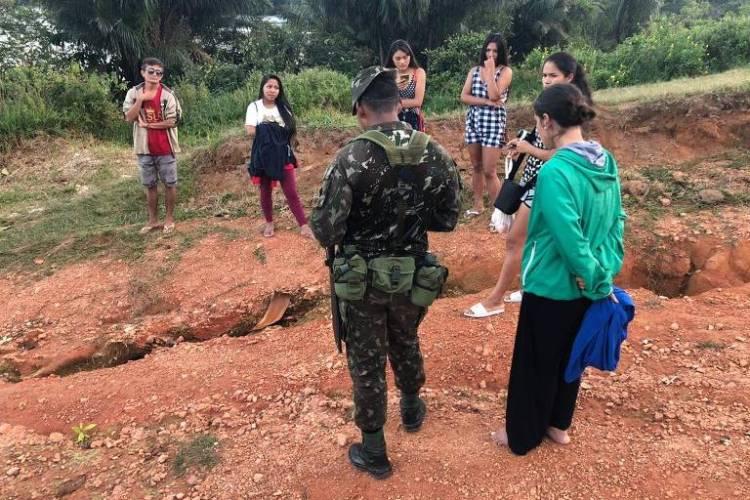 Estudantes indígenas barrados no posto de controle do Exército