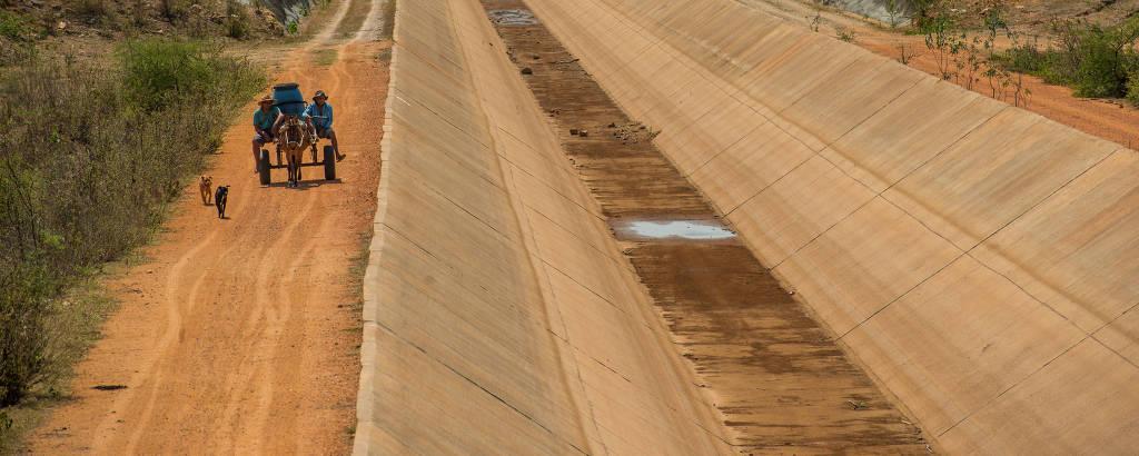 Agricultor de Sertânia busca água ao lado de canal seco da transposição do rio São Francisco