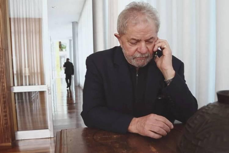 Lula conversa ao telefone no dia em que foi gravado pela PF, em cena registrada no documentário 'Democracia em Vertigem'
