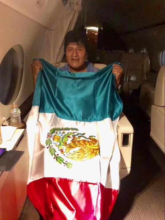 Evo Morales segura bandeira do México dentro de avião rumo ao país que lhe concedeu asilo