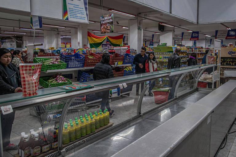 Na foto, geladeira de carnes vazia em supermercado  na zona central de La paz, onde há desabastecimento.