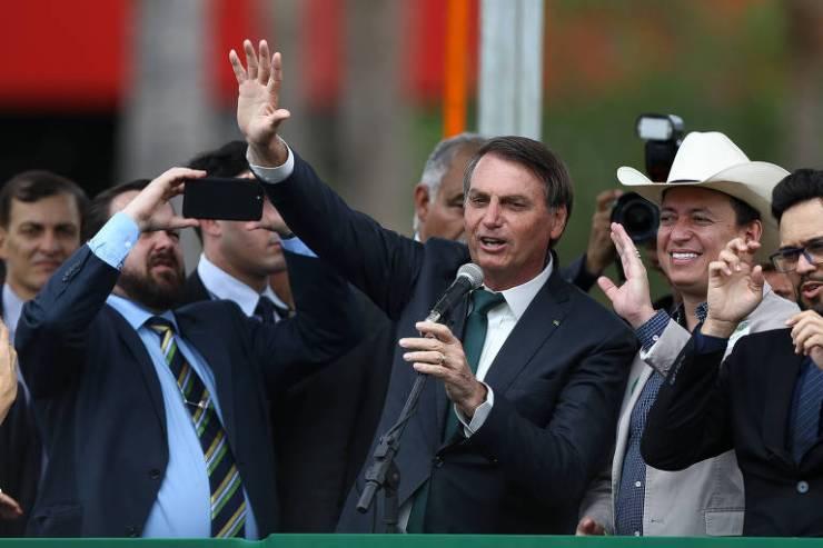 O presidente Jair Bolsonaro acena ao público após evento de lançamento do partido Aliança pelo Brasil