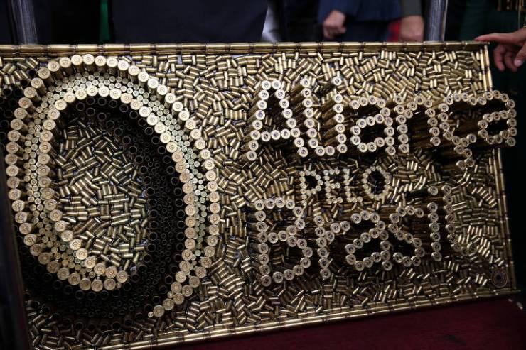 Obra feita de cartuchos de balas com nome e símbolo do partido Aliança pelo Brasil, lançado nesta quinta (21)