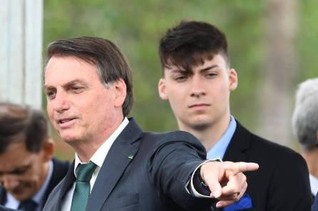 O presidente Jair Bolsonaro e seu filho Renan Bolsonaro, em 2019