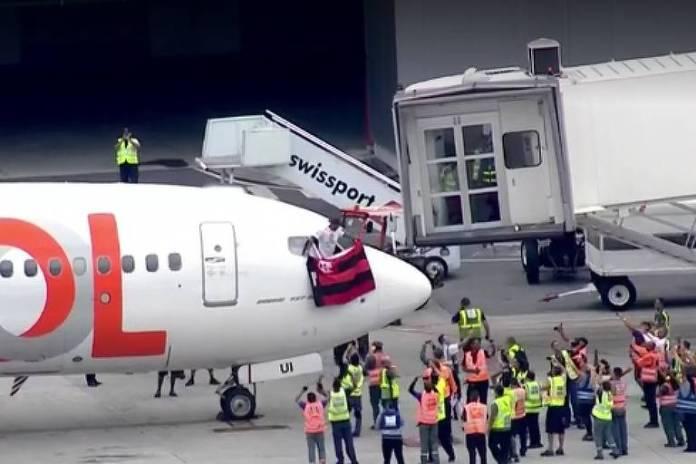 Avião com jogadores do Flamengo chega ao Rio