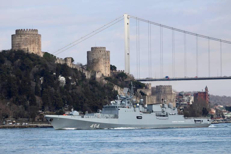 A fragata Almirante Grigorovitch passa por Istambul em direção ao mar Mediterrâneo