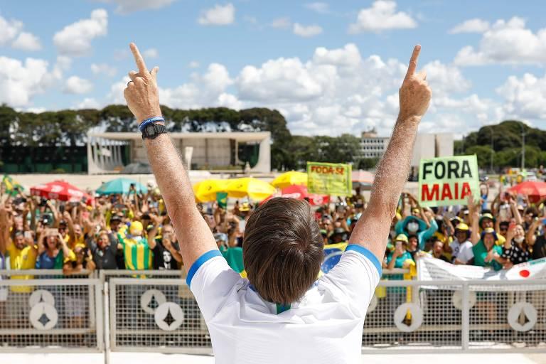 Presidente Jair Bolsonaro saúda seus apoiadores que protestavam contra o Supremo Tribunal Federal
