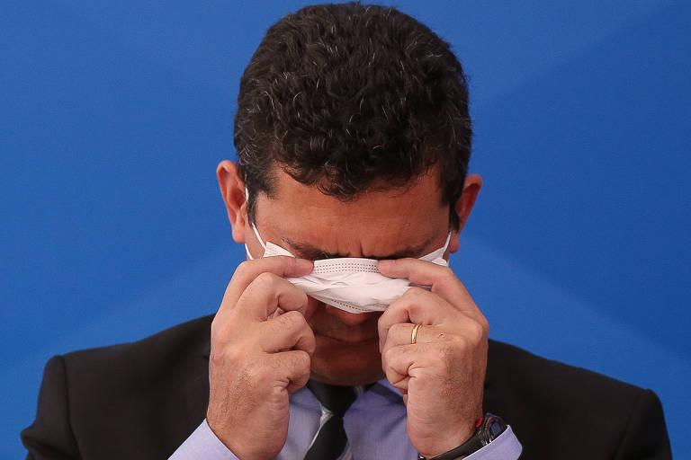 O ministro da Justiça, Sergio Moro, coloca máscara durante entrevista sobre medidas do governo contra a epidemia de coronavírus