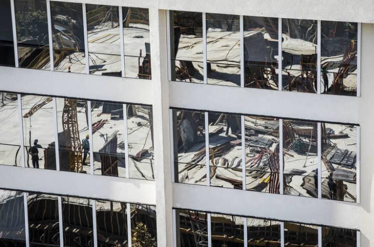 Obras continuam mesmo durante período de quarentena; usando  máscara, operários de construção civil trabalham em uma obra próxima ao metrô Sumaré, em São Paulo