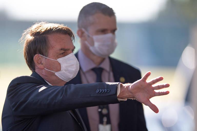 O presidente Jair Bolsonaro sai de máscara para falar com apoiadores ao sair do Palácio da Alvorada em 11 de maio