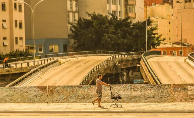 Homem transporta cadeira na região da Consolação , zona central de São Paulo