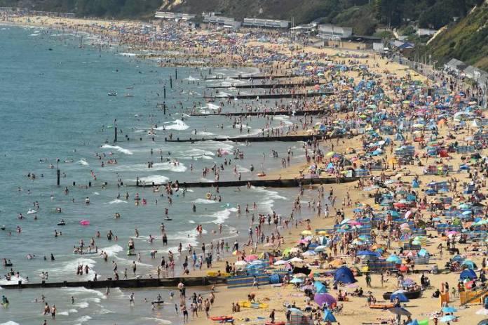 Banhistas aproveitam praia em Bournemouth, Inglaterra