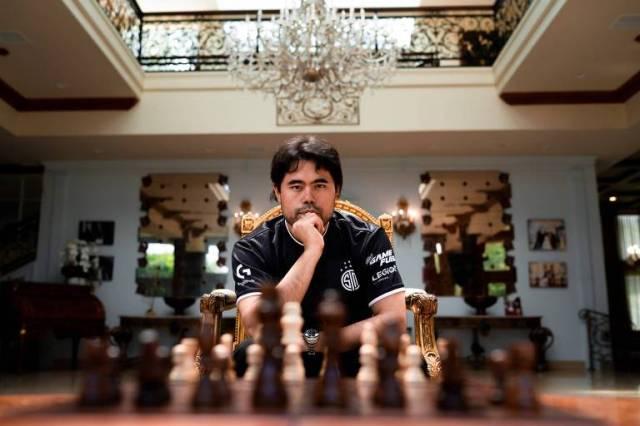 O grande mestre do xadrez online Hikaru Nakamura em frente ao seu tabuleiro