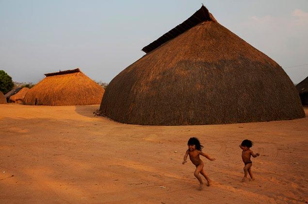CLIQUE PARA VER GALERIA: Amanhecer na aldeia Yawalapiti, no Parque Indígena do Xingu, Mato Gosso