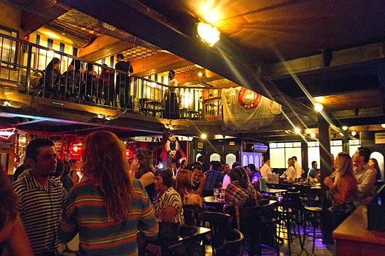Ambiente do The Sailor, pub na zona oeste que têm programação intensa de shows, além de drinques