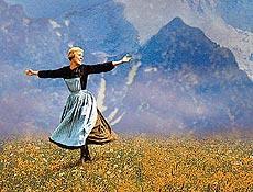 """A atriz Julie Andrews durante o filme """"A Noviça Rebelde""""; trilha composta por Richard Rodgers"""