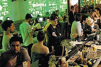 Ambiente do bar-balada Absolut Inn, que tem uma carta com 31 coquetéis feitos com vodca, além de pista com DJs