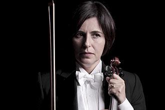 """Bel Kowarick (foto) conta que fez aulas de ioga e violino para interpretar """"Dueto para Um"""", em cartaz no Sesc Consolação"""