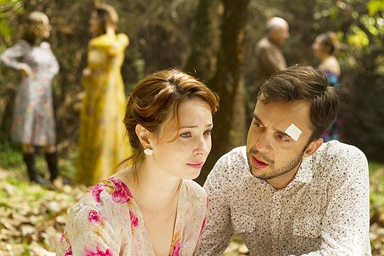 """Os atores Fernanda Stefanski e Thiago Amaral em  """"O Jardim"""", da Cia. Hiato."""