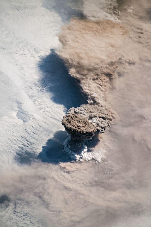 Así luce una columna de humo de casi 16 kilómetros de altura, fotografiada desde el espacio