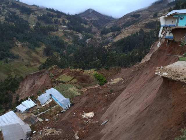 Según los pobladores, debido a fallas geológicas, el suelo se está deslizando hacia una pendiente por donde cruza un rio en la parte baja.