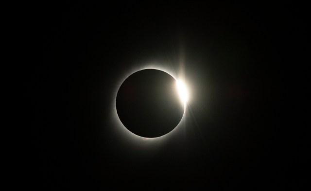 Lo que ocurrió este martes es un eclipse total, o sea que el disco de la luna estará un poco más grande que el disco del sol aparentemente y se va a producir una cobertura total.