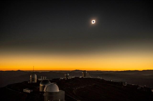 Así se vio el eclipse solar total desde el Observatorio Sur Europeo de La Silla. en La Higuera, Coquimbo (Chile), este martes.