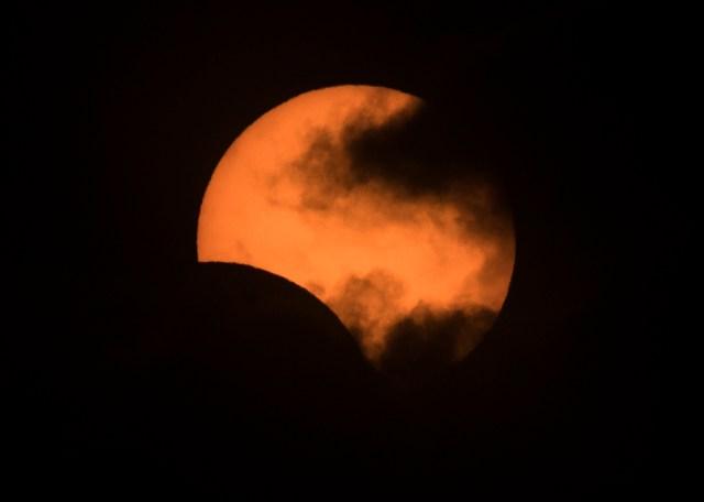 El eclipse solar visto desde el barrio Congreso en la ciudad de Buenos Aires, Argentina, el 2 de julio de 2019.