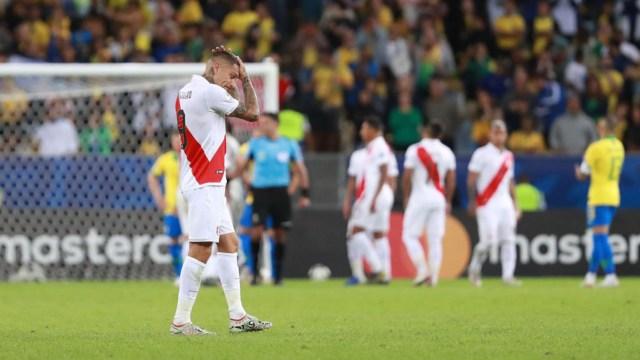 Los jugadores de la Selección Peruana al término del partido ante Brasil.