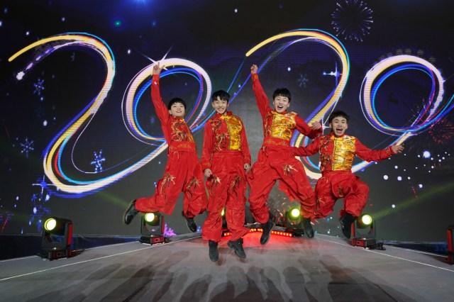 Los artistas posan para una foto en el evento de cuenta regresiva para celebrar la llegada de 2020 durante la celebración de la víspera de Año Nuevo en el Parque Industrial Shougang en Beijing, China.