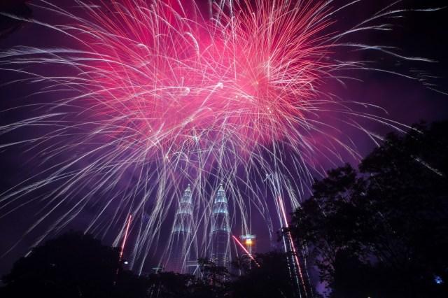 Los fuegos artificiales explotan sobre la Torre Gemela Petronas durante las celebraciones de Nochevieja en Kuala Lumpur, Malasia, el 1 de enero de 2020.