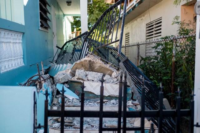 Dos fuertes réplicas se registraron este martes en Puerto Rico después del primer temblor de magnitud 6,6 que despertó de forma violenta a la isla caribeña, que quedó sin servicio eléctrico en todo su territorio, aunque no hay datos de pérdidas humanas mientras se cuantifican los daños materiales.