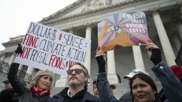 Joaquin Phoenix fue acusado de manifestarse sin autorización, en las escaleras del Congreso de EE.UU.El intérpreteinvitó a los presentes a dejar de comer carne como parte de su lucha contra la crisis climática: