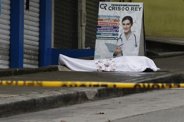 El desbordamiento de la situación en Guayas (suroeste), donde han muerto 60 personas de los 93 fallecidos por coronavirus en todo Ecuador, ha llevado al Gobierno de Lenín Moreno a poner en marcha esta semana una Fuerza de Tarea Conjunta, y coordinar la recolección general de cadáveres.