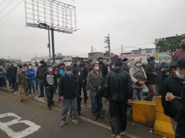 El paro de transportistas -anunciado el fin de semana- se siente con fuerza en Lima y Callao, con miles de personas que no pueden desplazarse debido a la falta de vehículos.