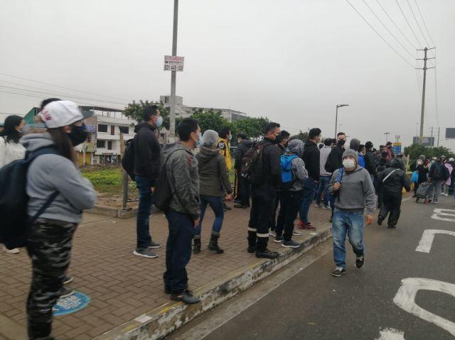 Los paraderos en las principales avenidas de la capital lucen llenos de pasajeros que pugnan por subir a algún bus o combi que aparezca.