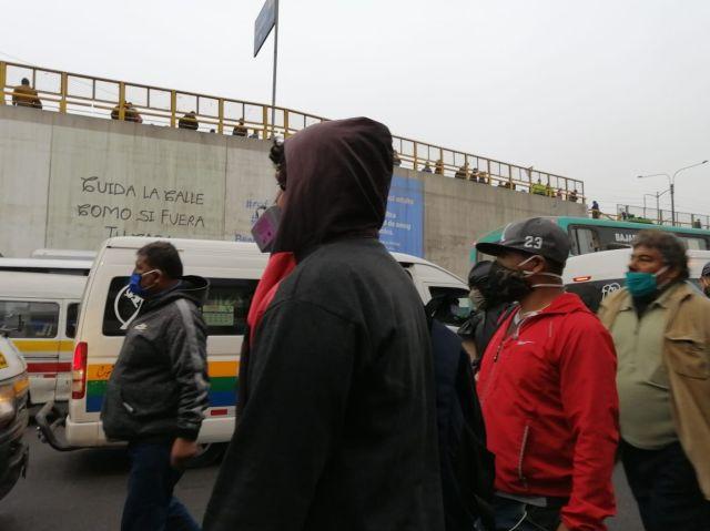 Si bien muchos pasajeros llevan mascarillas, no se respeta el distanciamiento social en los paraderos, que pueden ser focos de contagio del nuevo coronavirus.