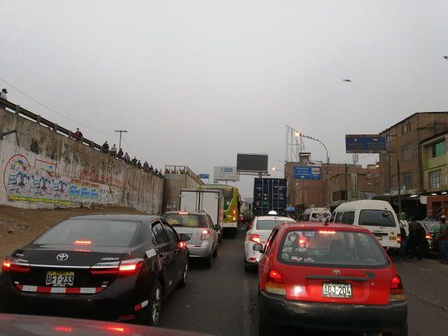 Pese al paro de transportistas, hay un gran congestionamiento vehicular en la capital, debido principalmente a taxis y colectivos informales.